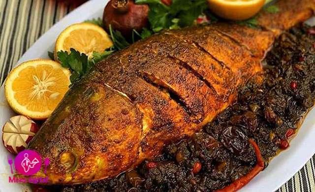 غذاهای دلچسب تزیینی در بشقاب سرو ماهی